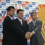 握手を交わす森田淳悟強化本部長、眞鍋政義監督、中野泰三郎会長(左から)