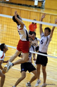 高い打点からの強打で会場を沸かせたVC秋田・細川選手(手前)