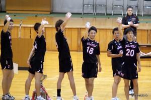 個人トロフィーを掲げて喜ぶ岐阜クラブの選手