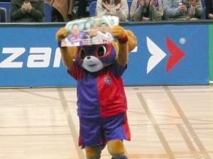 引退試合には東京のマスコット「ドロンパ」が二人のポートレートを掲げてパフォーマンスした