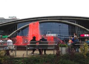 ファイナル会場の噴水。ファイナルの時だけポーランドカラーの赤になった