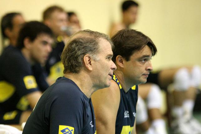 B代表を指導するロベルレイ・レオナルド監督(右)とA代表のベルナルド・レゼンデ監督。長年のコンビで共通の指導ができる。 Alexandre Arruda/CBV