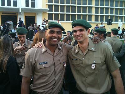 軍隊の制服を着たアンデルソン・ロドリゲス軍曹とヴィニシウス・シケイラ軍曹 Vinicius Mendes de Siqueira