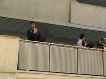 天皇杯2日目、4面で行われている大会が珍しかったのか、正面入口を入ったところからスマホで写真を撮っていたレオ選手