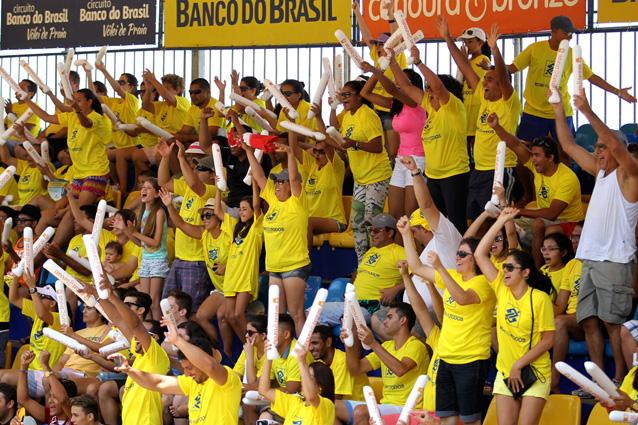 ブラジル銀行のマークの入った黄色い応援シャツはバレーの会場には欠かせない 撮影 Paulo Frank/CBV