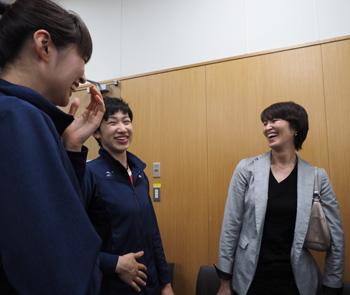 吉原知子さんに「どうだったメイクは?」ときかれはにかむ長岡選手と木村選手。「ぴちぴちだから平気でしょ?」と