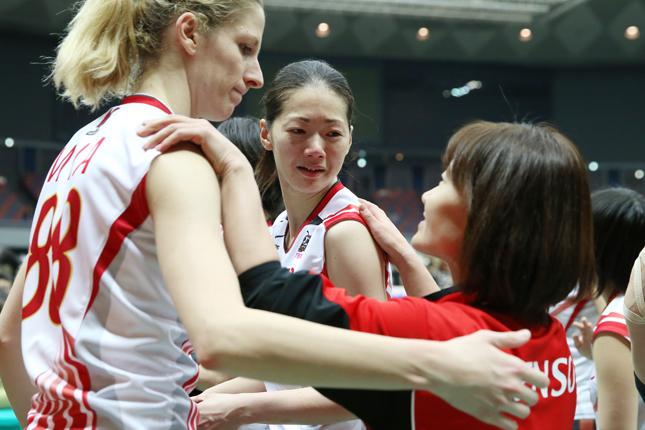 エースのミア、ロンドンの盟友佐野優子と抱擁