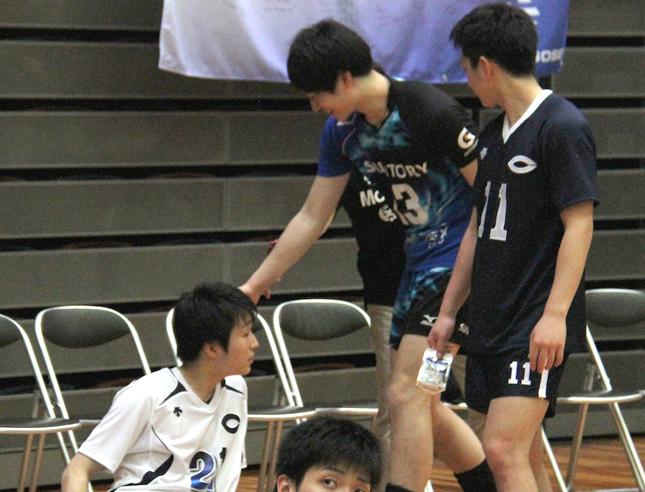 試合終了後に弟の頭をなでる柳田兄