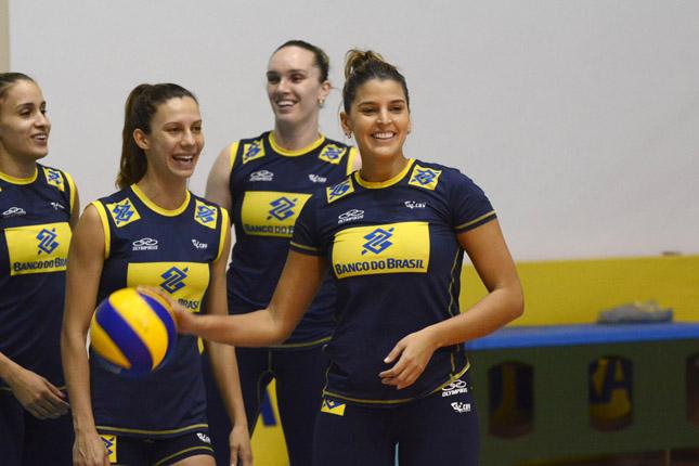 明るい性格でチームを盛りたてるマリアーナ・コスタ(右)。撮影:Alexandre Arruda/CBV