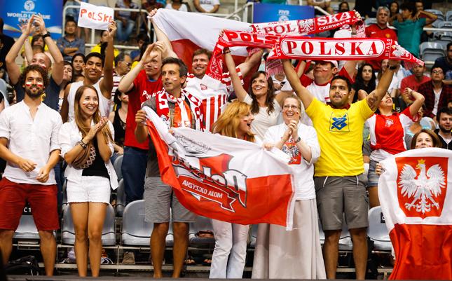 会場の一角に集まる、世界一熱いと言われるポーランド応援団。最前列には十字架を握りしめ声援を送る修道女の姿も