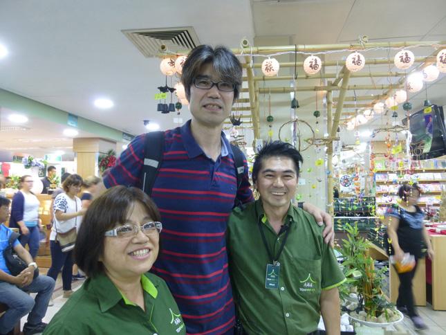 ⑨買い物中、店員さんに「日本のバレーの荻野さん?」と声をかけられる。日系人のウィルソンさんはバレーが大好きで、以前、日本に住んでいた時に荻野さんの試合をいつも見ていた。「まだ覚えていてくれたなんて感激やなあ」