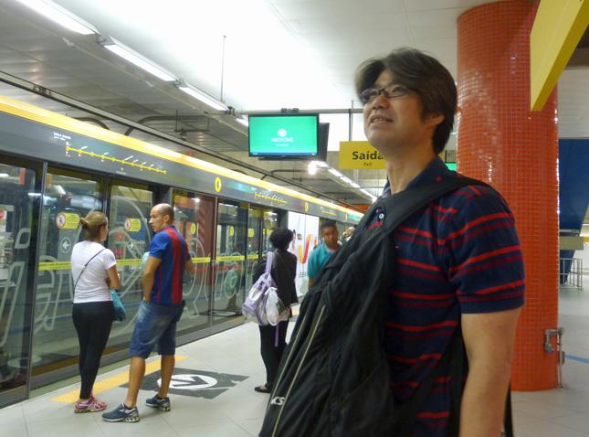 ブラジルの地下鉄ホームにて