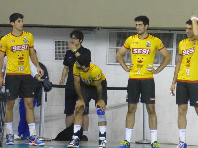 試合を見守る荻野さん。前でかかんでいるのがチアゴ・アルベス。