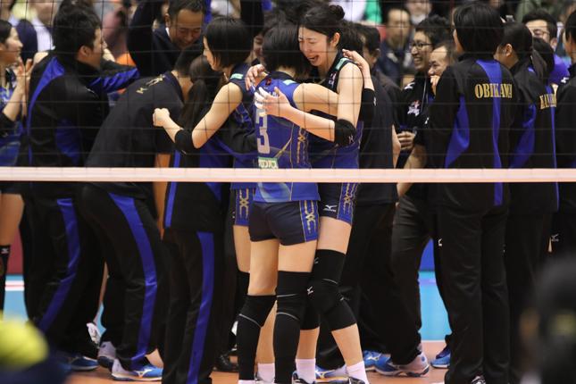 写真1 優勝を決め喜びを分かち合う久光製薬岩坂選手と新鍋選手