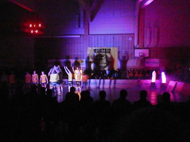 小学校の体育館を借りて行われているホーム戦。オープニングは照明を落して選手を迎え入れる演出で盛り上がる