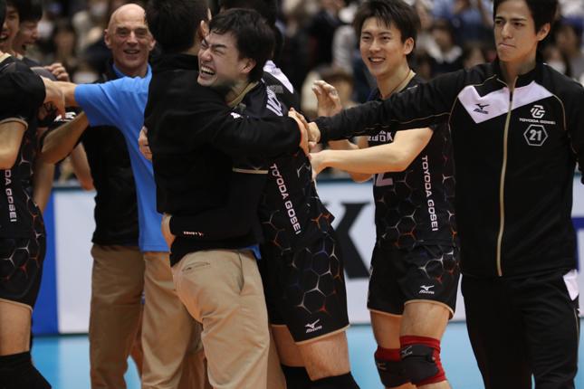 1シーズン活躍し続けた豊田合成S内山選手の優勝決定後の喜びのシーン