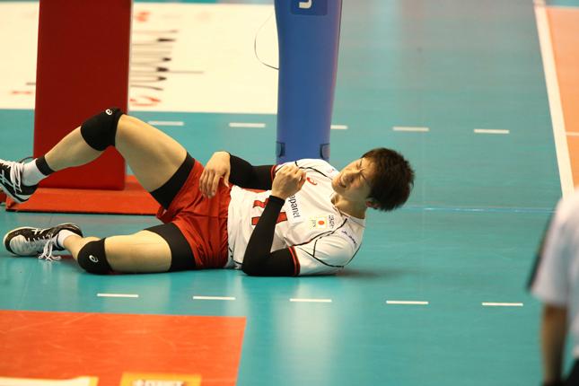 捻挫してしばらく起き上がれなかった石川/FIVB