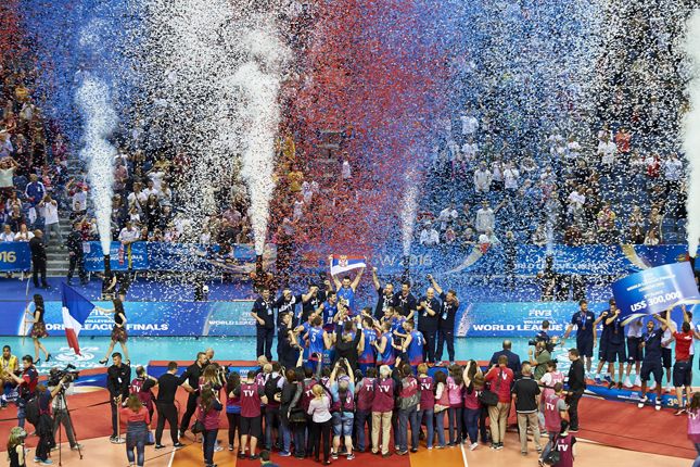 SerbiasteamcelebratevictorywhileawardingceremonyaftertheFIVBWorldLeaguevolleyballFinalmatch (2)-s