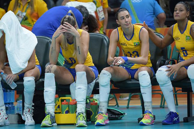 2.試合後うなだれるブラジル選手。腕にBeijing、Londonと五輪優勝記念のタトゥーのあるタイーザ・メネゼス(左から2番目)、Rioを加えることはできなかった。