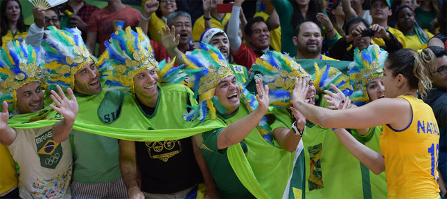 3.いくつかの競技でうるさすぎると他国から苦情も出るブラジル応援団。選手にとっては最高に幸せ。広報写真FIVB
