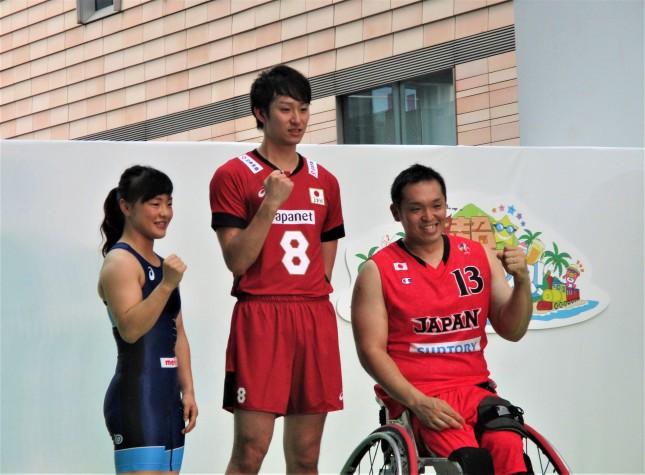 左から登坂絵莉選手、柳田将洋選手、藤本怜央選手